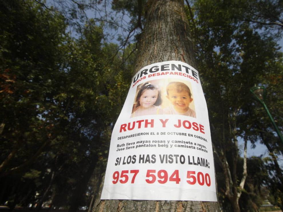 Cartel con la imagen de los 2 niños desaparecidos