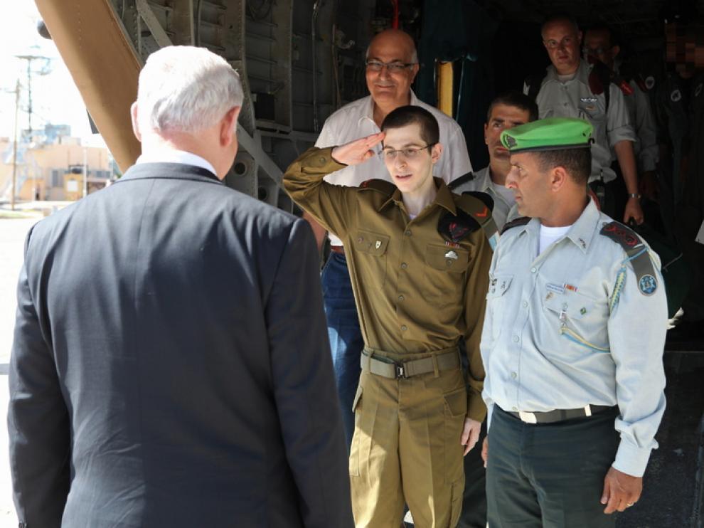 El soldado Shalit saluda a Netanyahu tras su liberación