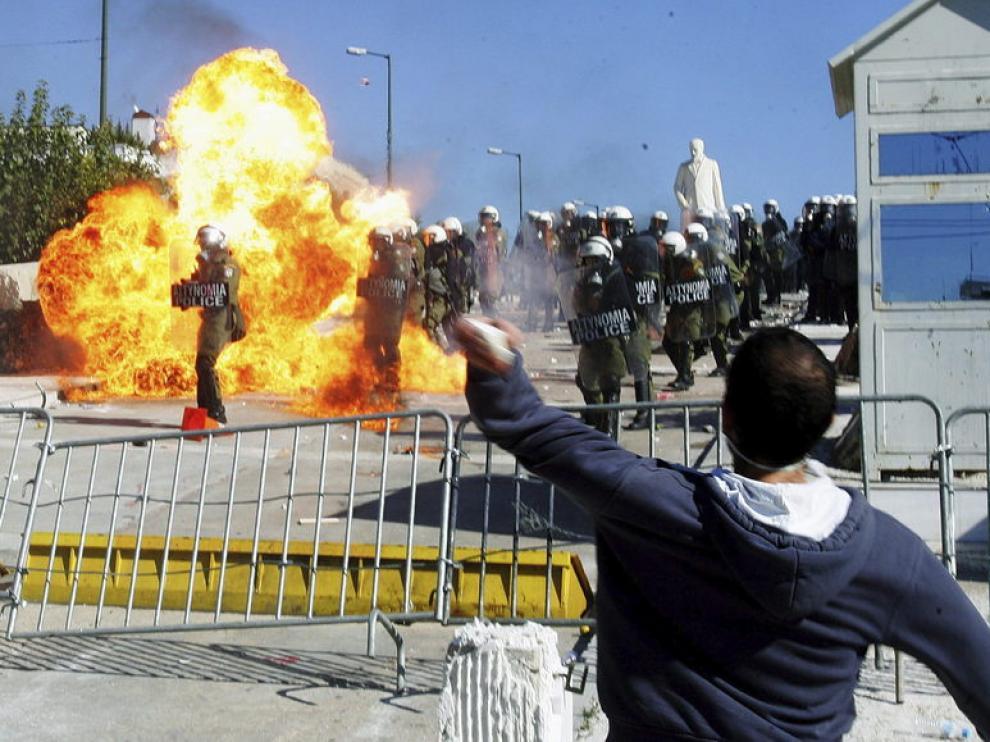 Enfrentamientos entre manifestantes y policías en Atenas, Grecia.