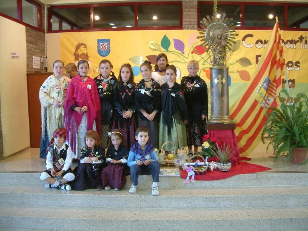Ofrenda a la Virgen del Pilar en el colegio San Vicente de Paúl, de Barbastro