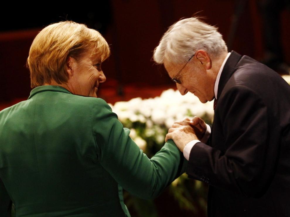 Jean-Claude Trichet saluda a Angel a Merkel