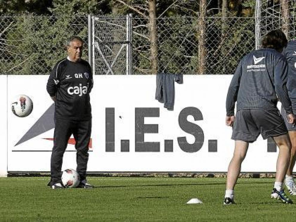 Quique Hernández contempla a una parte de sus jugadores durante el entrenamiento del equipo en la mañana de ayer en el campo del IES Pirámide.