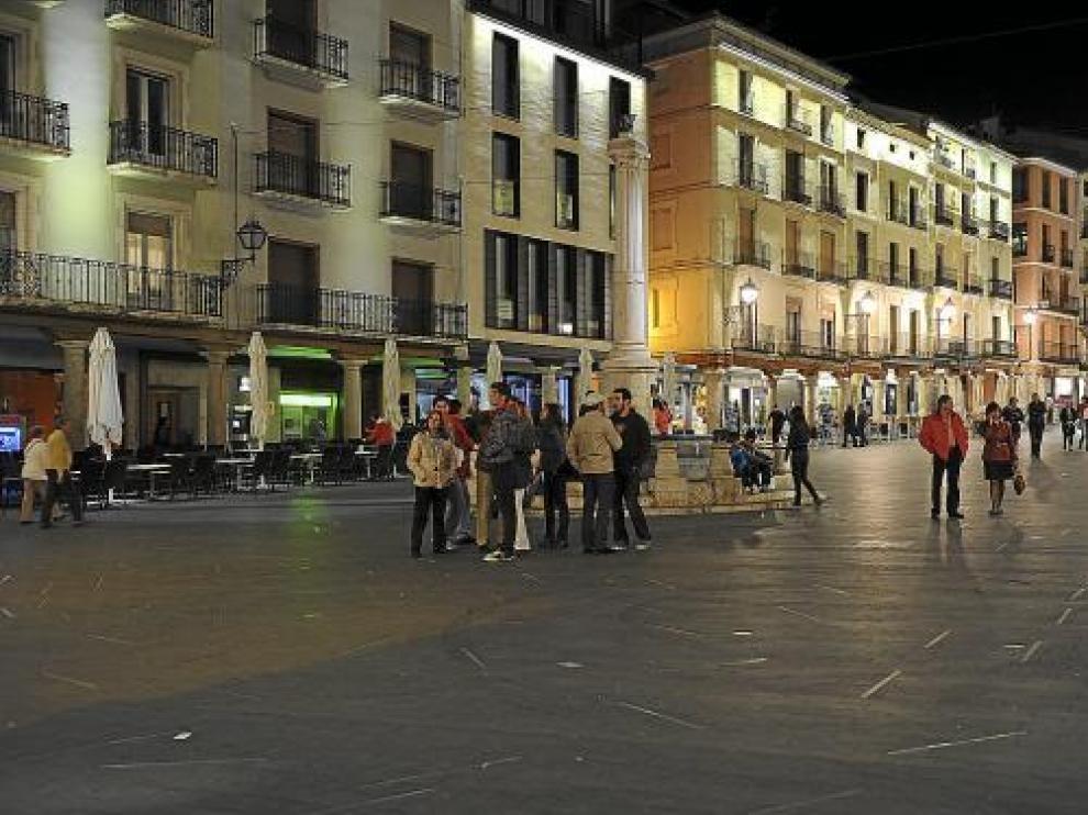 Las luminarias del suelo de la plaza del Torico permanecen apagadas debido a las continuas averías.