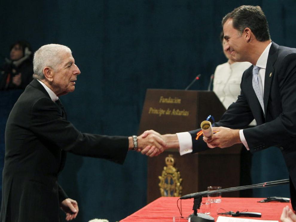 El príncipe Felipe entrega a Leonard Cohen el premio Príncipe de Asturias de las Letras