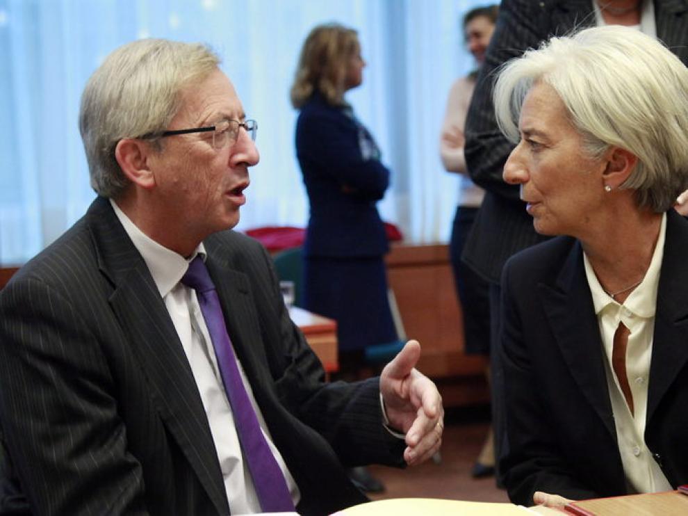 La directora del FMI, Christine Lagarde (d) conversa con el presidente del Eurogrupo, Jean-Claude Juncker