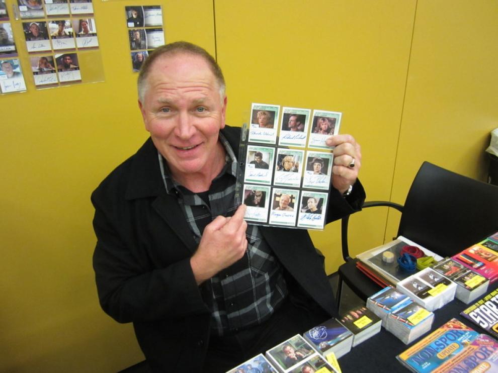Vaughn Armstrong muestra una carta de un personaje que él representó