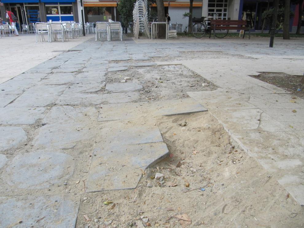 Así está el pavimiento de la plaza del Parque de la Esperanza
