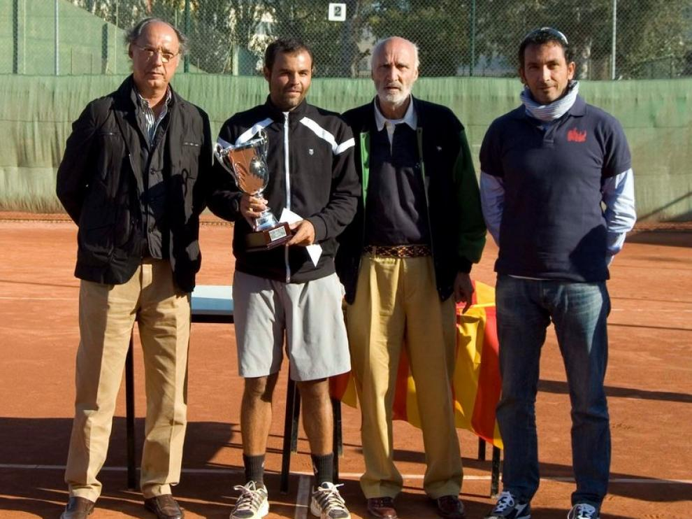 Carlos Castellanos recoge la copa de campeón