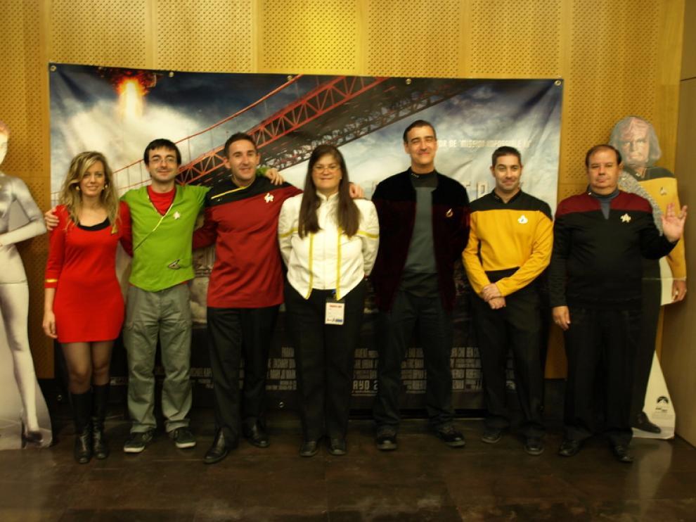 Varios fanáticos de la serie posan ataviados con los trajes característicos