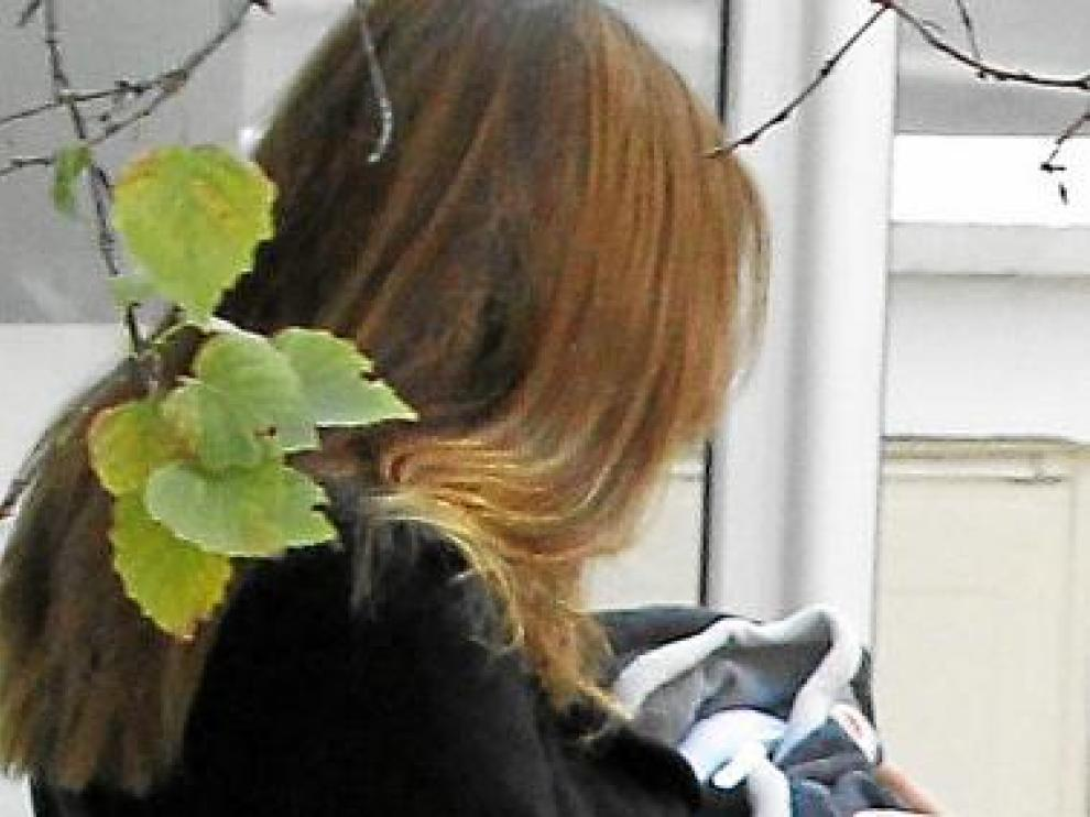 Carla Bruni con su hija, a la salida de la clínica.