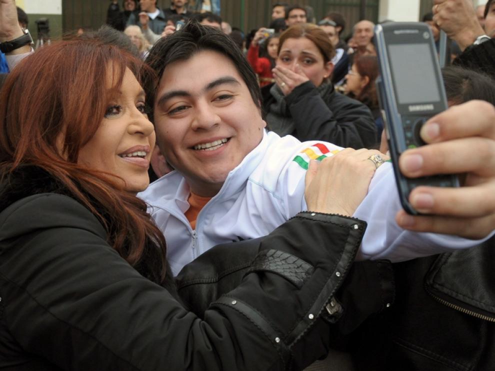 Fernández se fotografía con un partidario