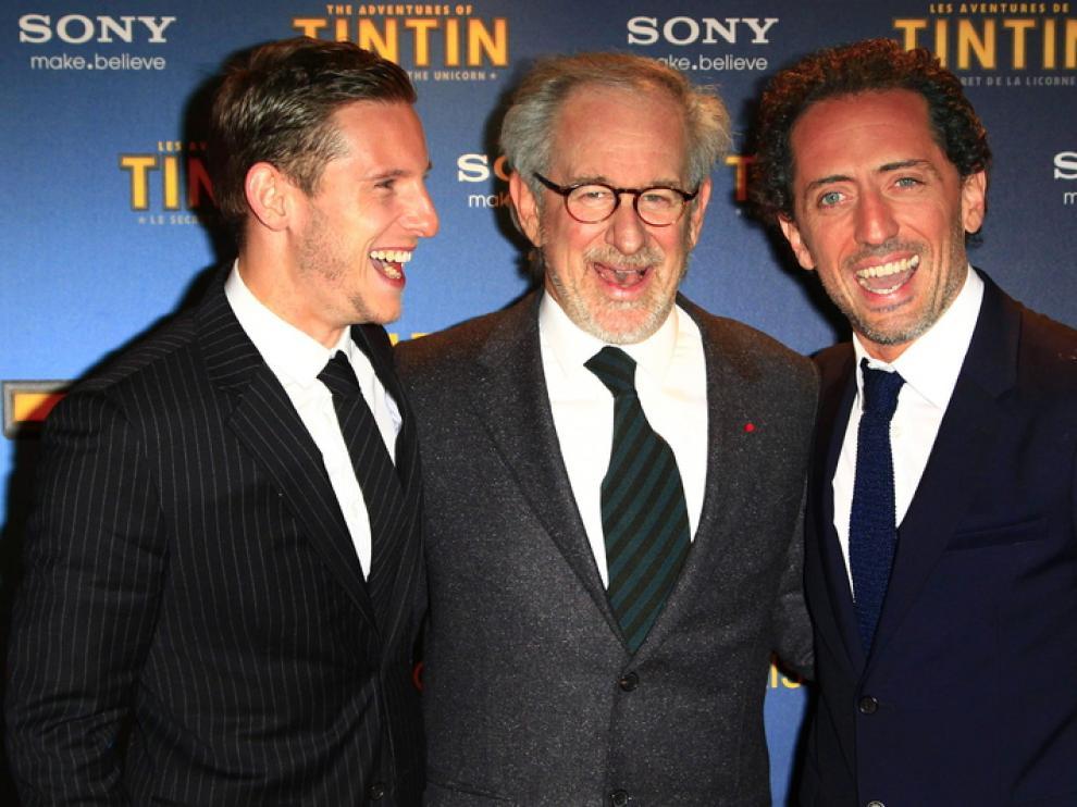 Spielberg posa con dos actores del film