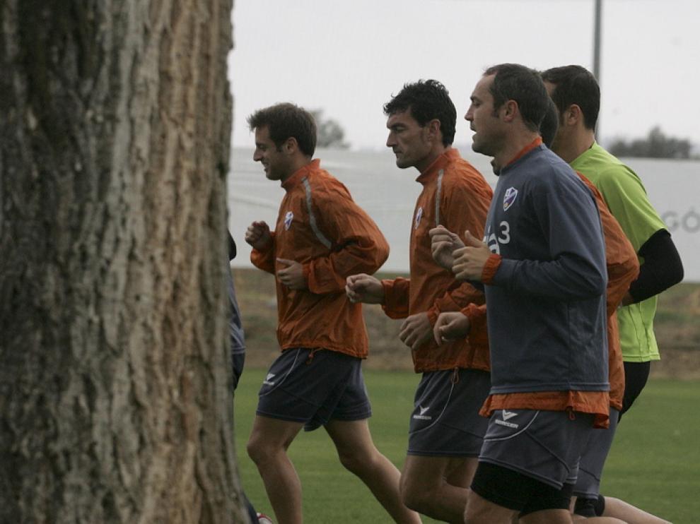 Helguera habla con algunos compañeros durante el entrenamiento de ayer.