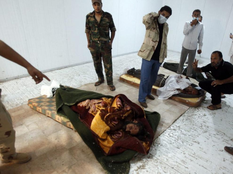 Imagen del cuerpo de Gadafi en un congelador y su hijo