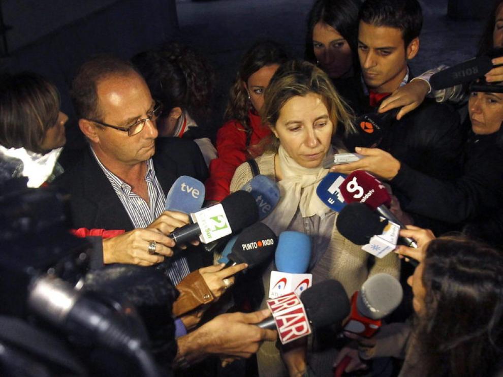 Eva Casanueva, madre de marta, atiende a los medios