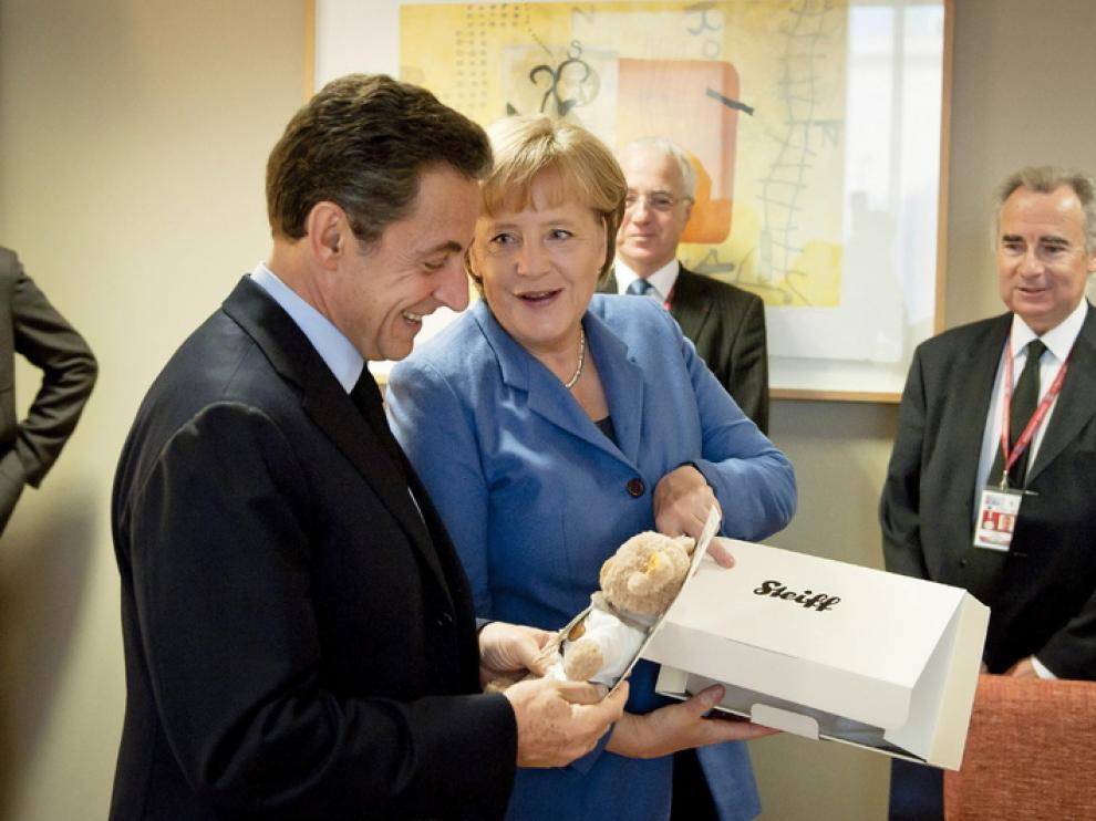 Merkel regala un oso de peluche a Sarkozy