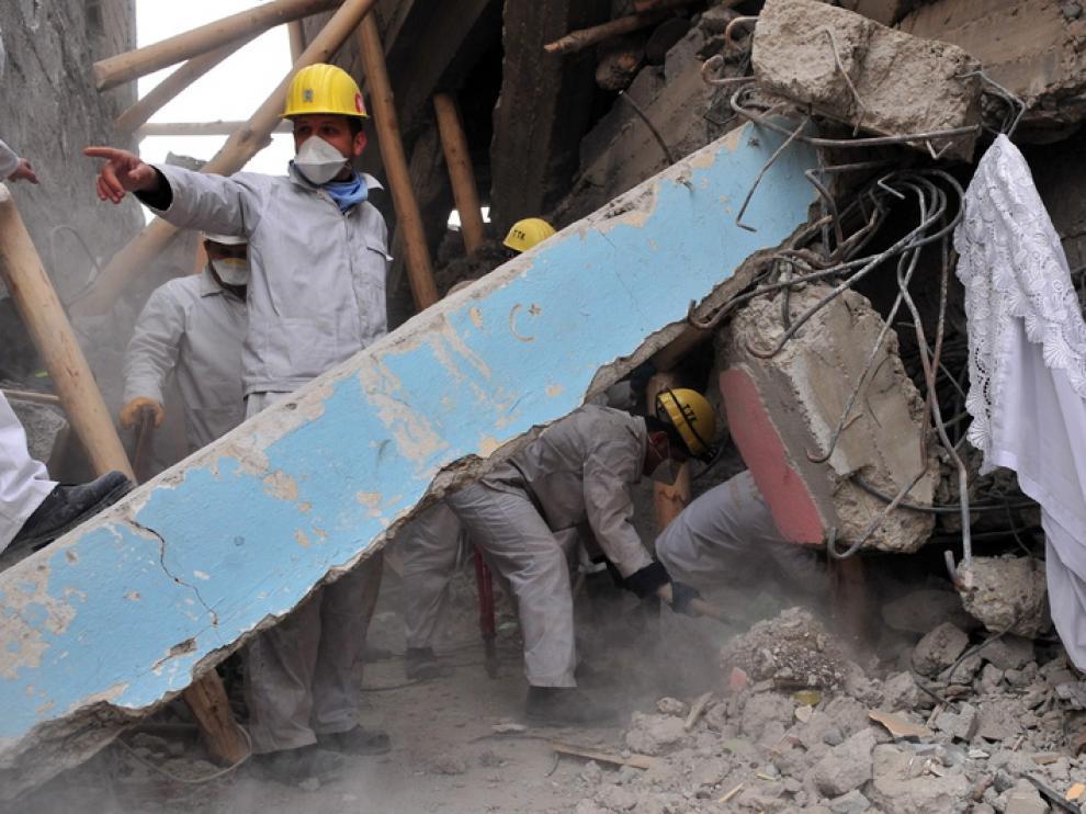 Los equipos de rescate trabajan para encontrar supervivientes