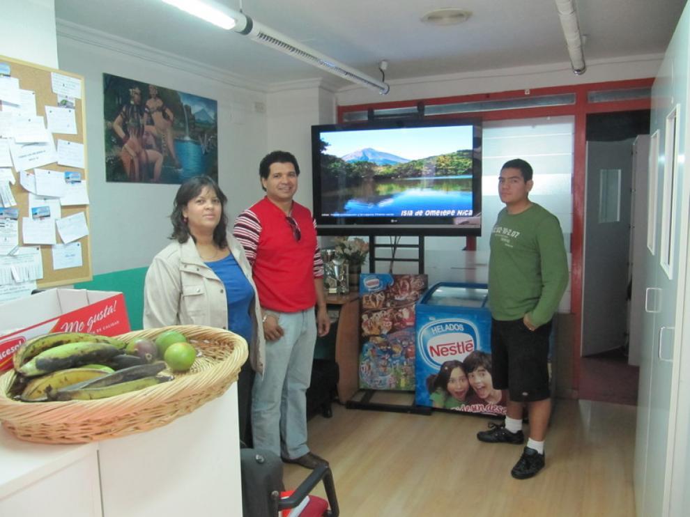 Ángela, Lester y Roberto, en el locutorio Nicarao, en la calle Cereros
