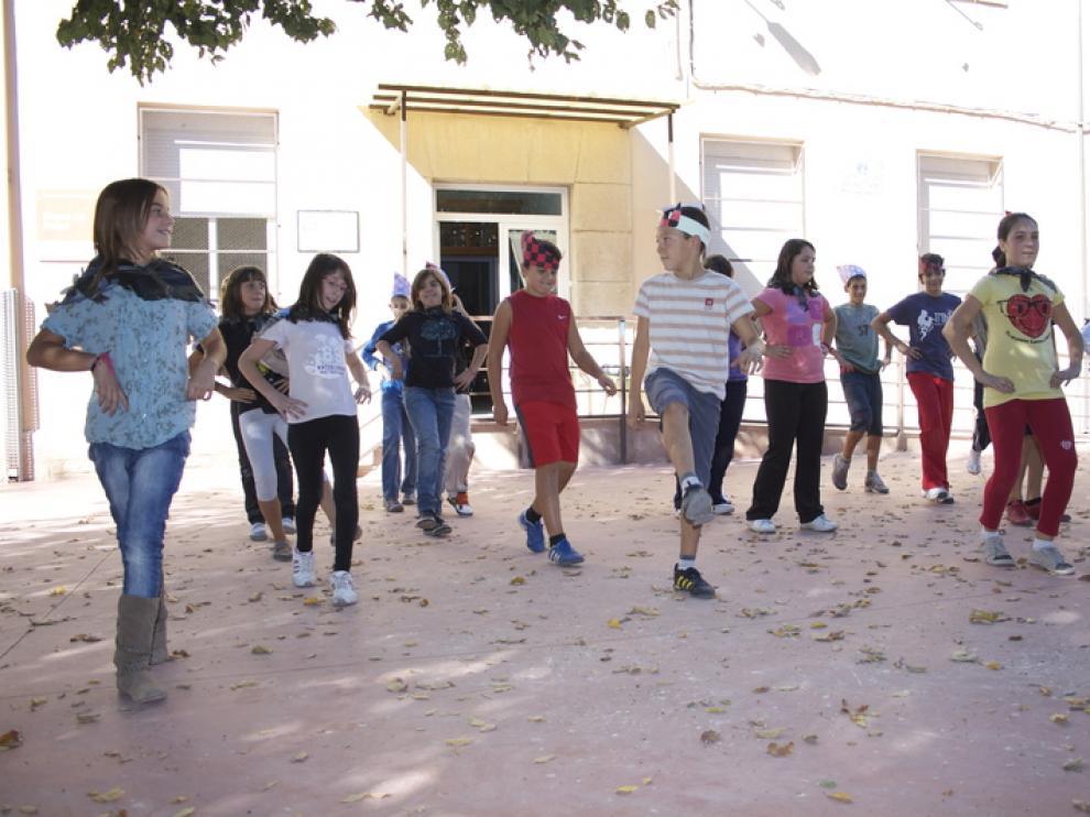 Muy divertidos, los chavales se entregaron a bailar jotas