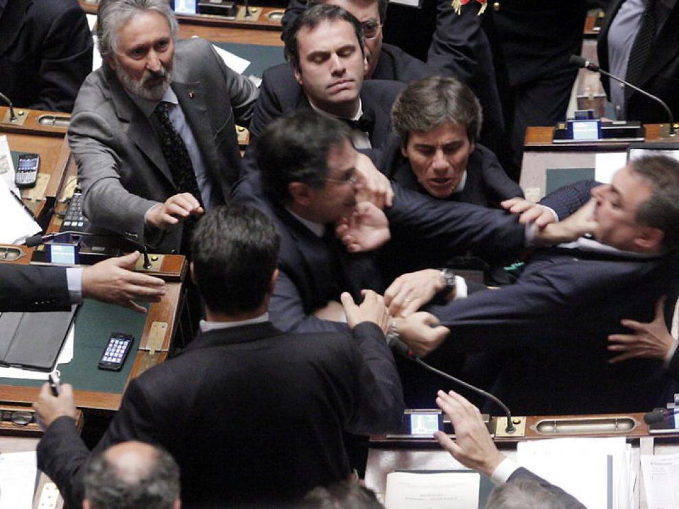 El diputado Claudio Barbaro, del partido Futuro e Liberta (centro a la izq) y el diputado de la Liga Norte, Fabio Rainieri (der) pelean