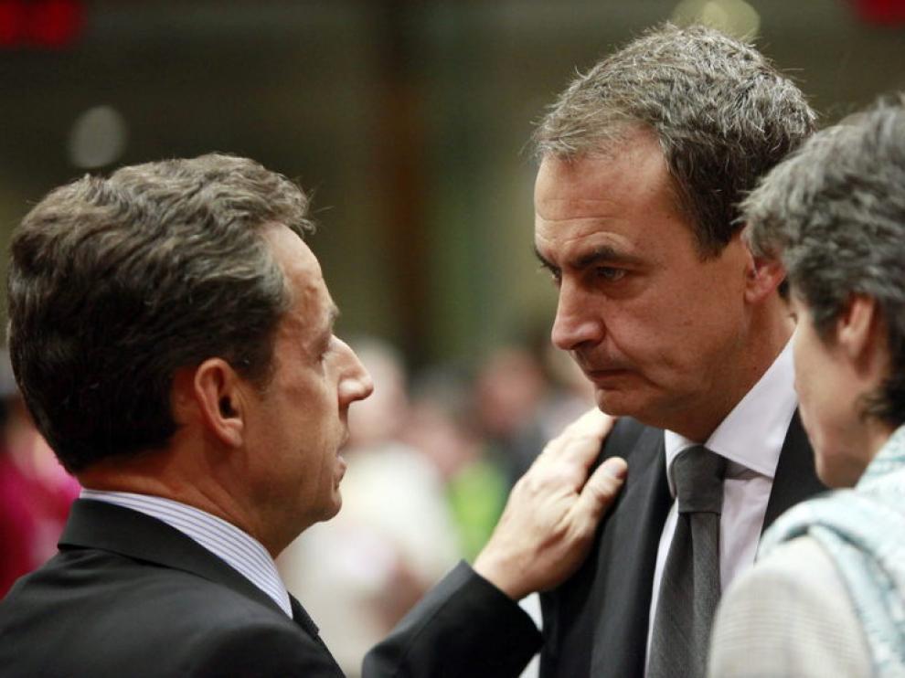 El presidente del Gobierno español, José Luis Rodríguez Zapatero, (c), conversa con el presidente francés Nicolás Sarkozy (i), en la sede del Consejo Europeo en Bruselas