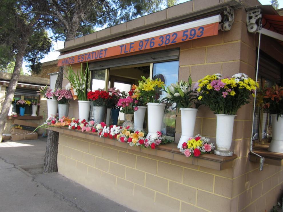 Flores en un puesto en las puertas del Cementerio de Torrero