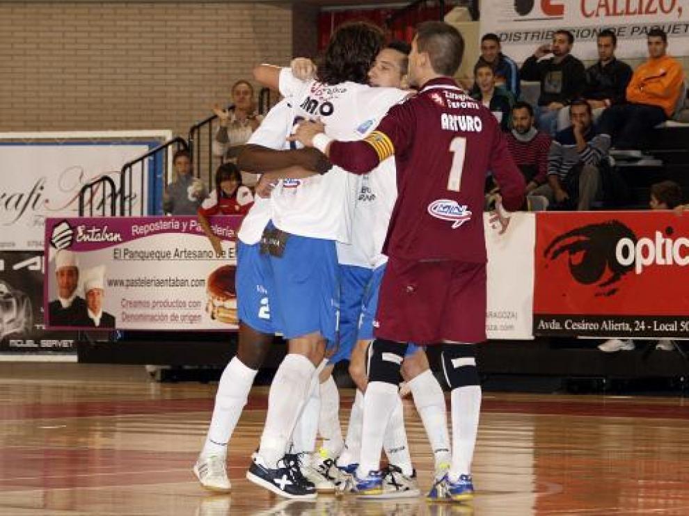 Los jugadores aragoneses celebran el gol de Carlos Muñoz.
