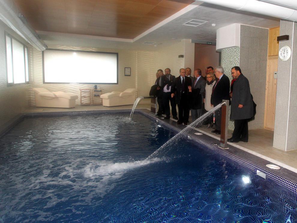 Los asistentes a la inauguracion del hotel durante la visita a las instalaciones