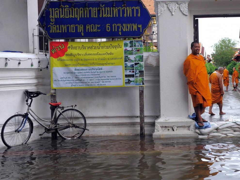 Un monje observa las inundaciones en el exterior de una Pagoda