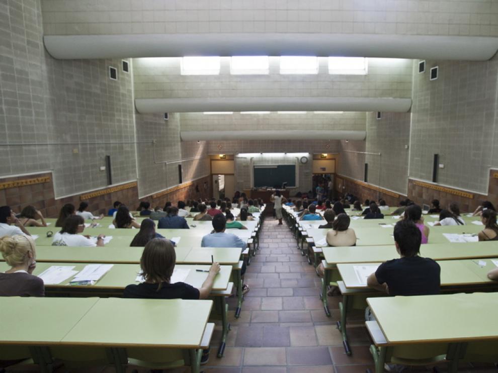 Estudiantes en la facultad de Derecho de Zaragoza
