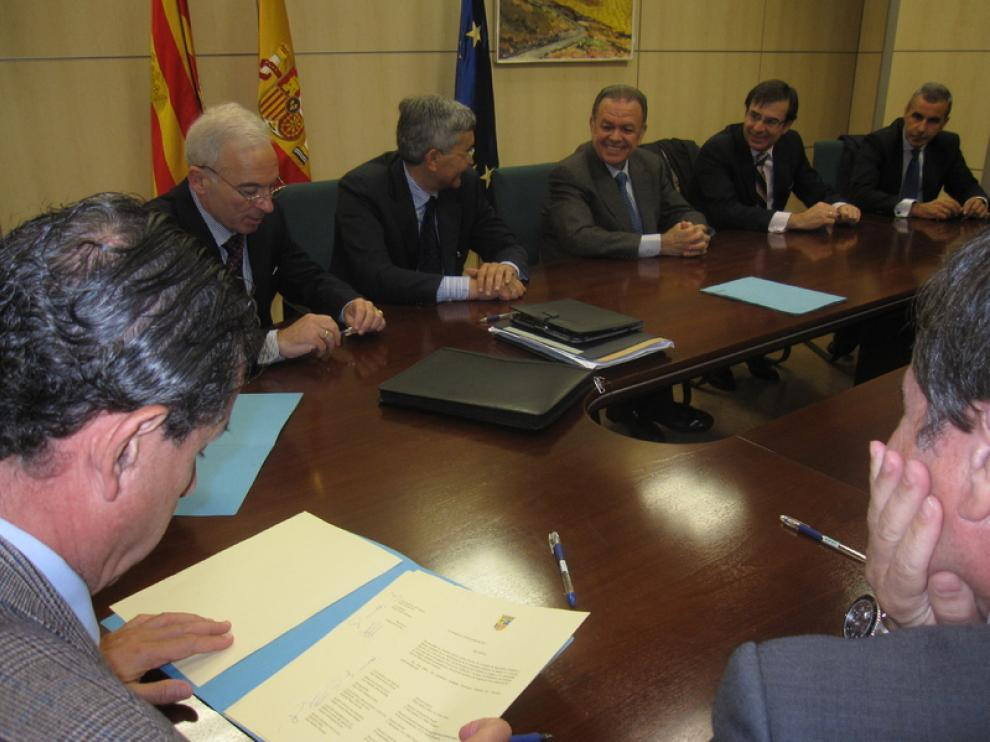 Un momento de la reunión entre el consejero y los representantes de las entidades financieras