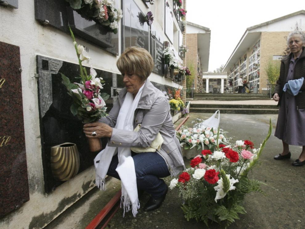 Susana Pérez fue una de las muchas oscenses que anticipó su visita al cementerio de Huesca.