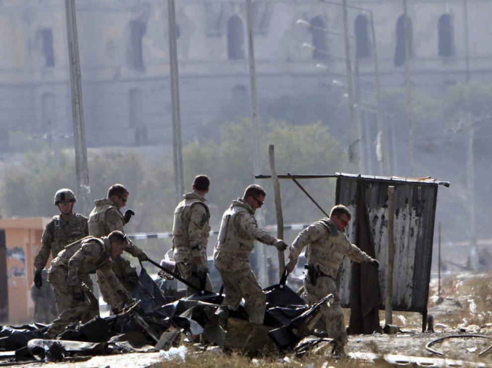 Soldados de la OTAN inspeccionan el escenario del atentado suicida perpetrado en Kabu