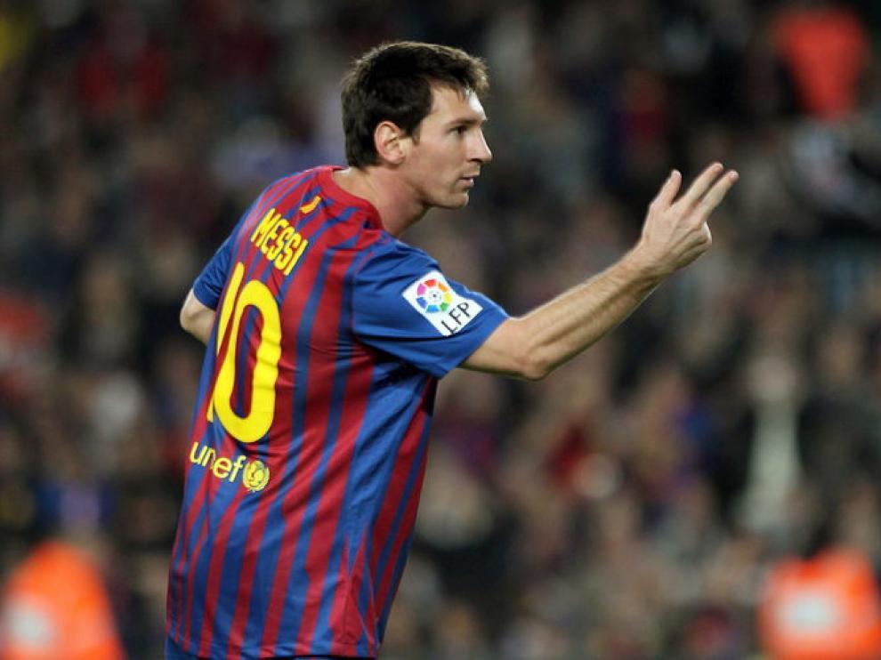 Messi señala con las manos los tres goles logrados