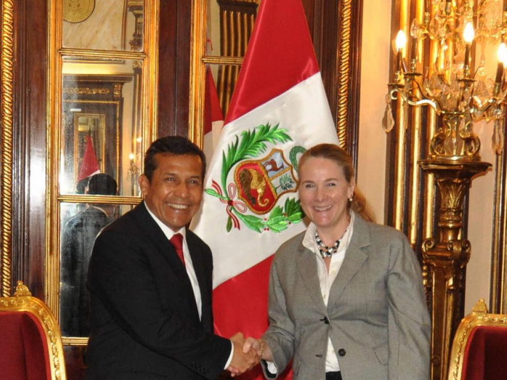 El presidente de Perú, Ollanta Humala, saluda a la vicepresidenta del Banco Mundial, Pamela Cox