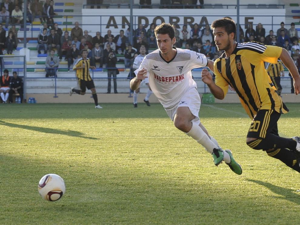 Dos jugadores pugnan por el balón