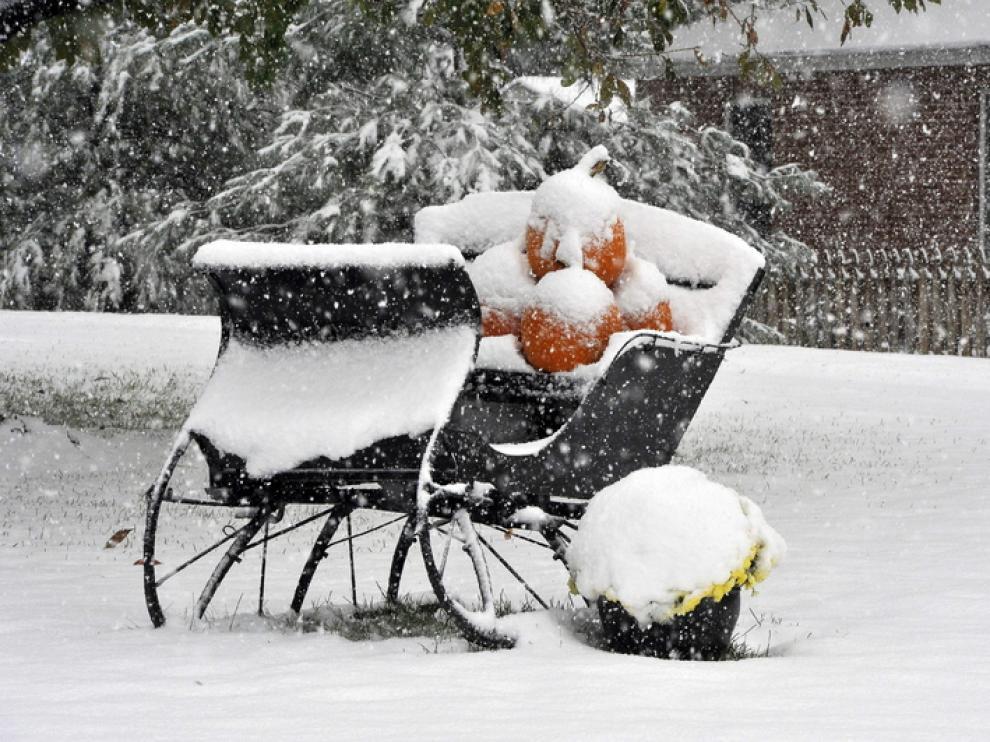 La nieve cubre un carromato decorado para Halloween en Westminster