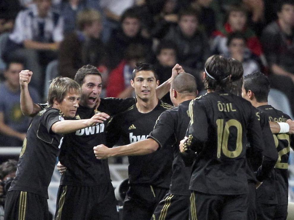 Los jugadores del Real Madrid celebran el gol