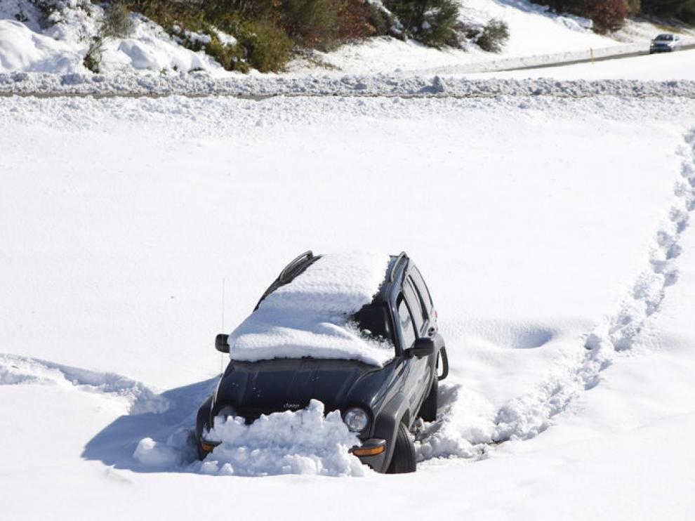Un coche fue abandonado al salirse de la carretera en Massachusetts.