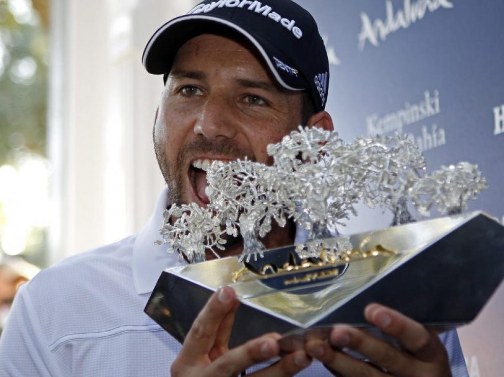 Sergio García con el trofeo que le acredita como ganador