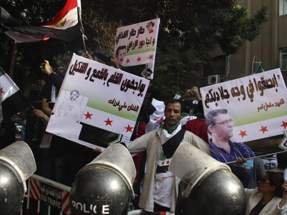 Manifestantes antiguvernamentales sirios protestan frente a la embajada siria en El Cairo