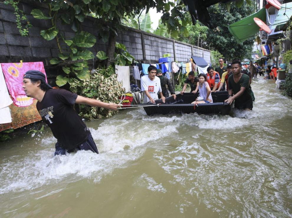 Los equipos de rescate tailandeses evacuan los residentes de una zona inundada de Bangkok