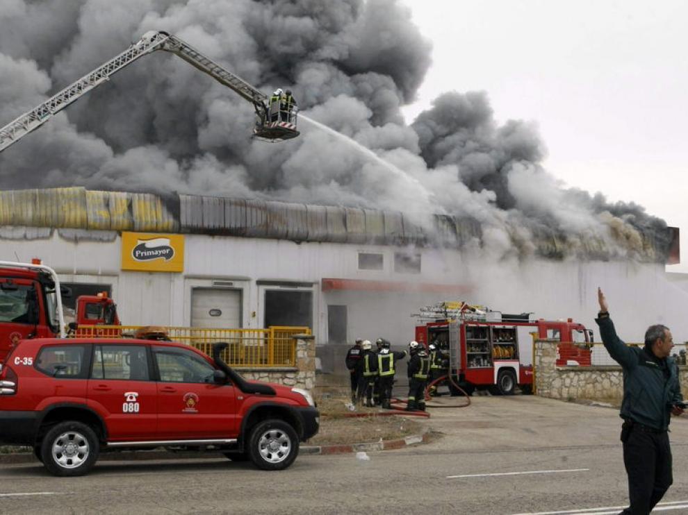 Los bomberos trabajaban para extinguir las llamas