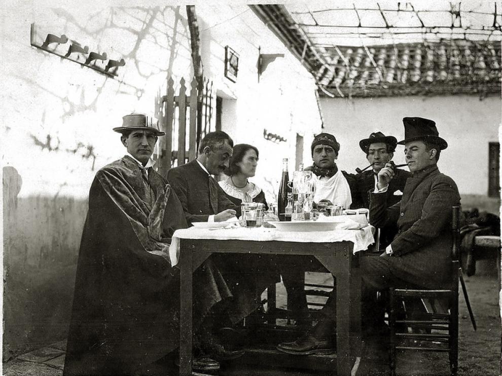 Pepín Bello con Buñuel y Dalí y otros compañeros de la Orden de Toledo.