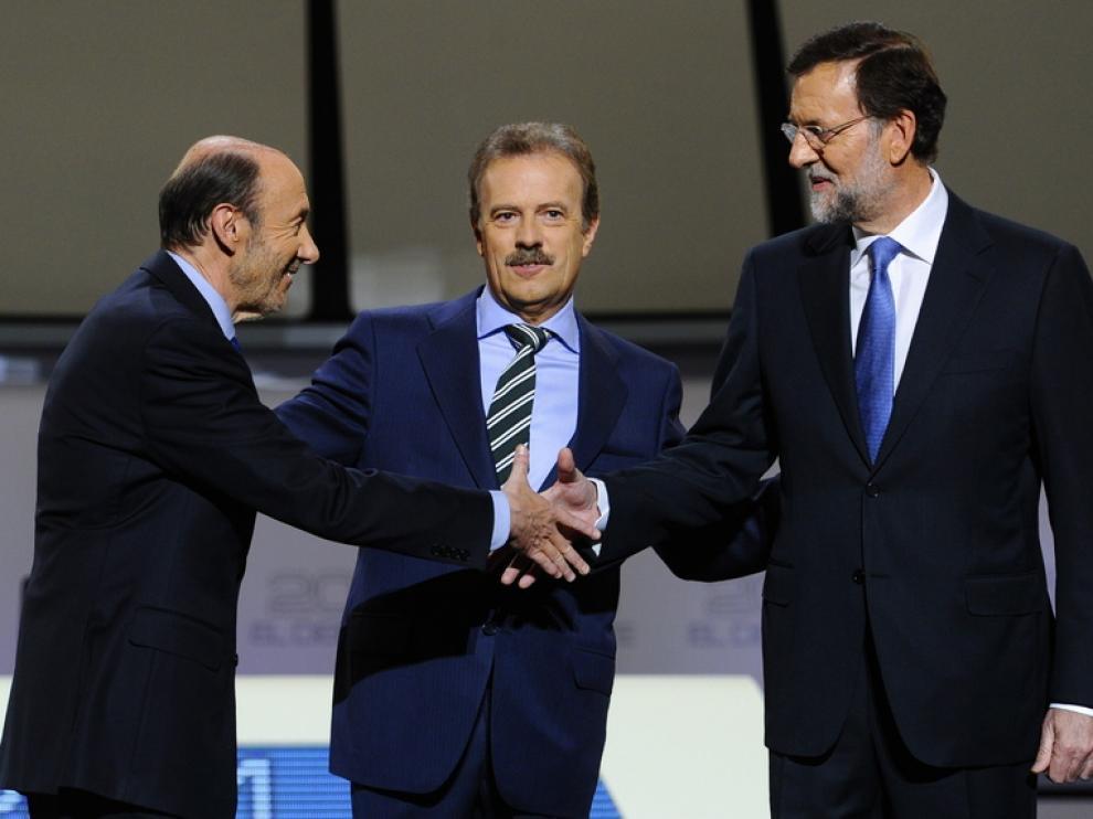 Rajoy y Rubalcaba se estrechan la mano al comienzo del 'cara a cara'