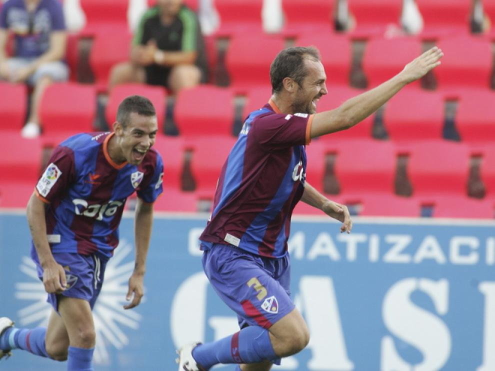 Luis Helguera celebra el gol que le marcó al Alcoyano en el 3-3 del Alcoraz.