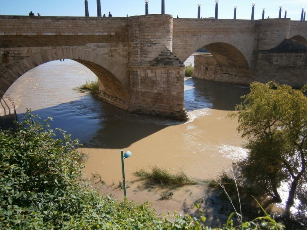 Las últimas lluvias han hecho aumentar el caudal en el río Ebro a su paso por Zaragoza