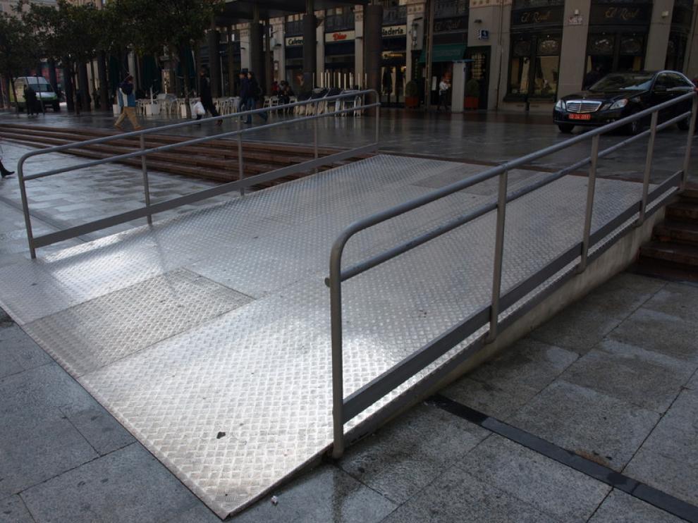 Rampa de reciente instalación en la plaza del Pilar.