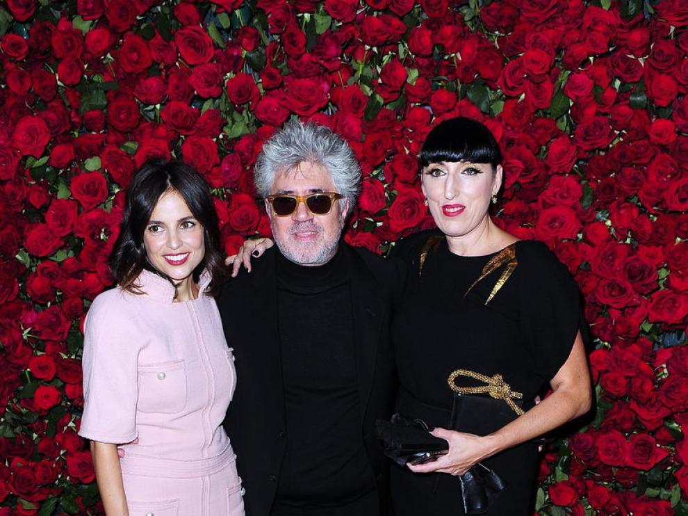 Pedro Almodóvar junto a Rossy de Palma y Elena Anaya