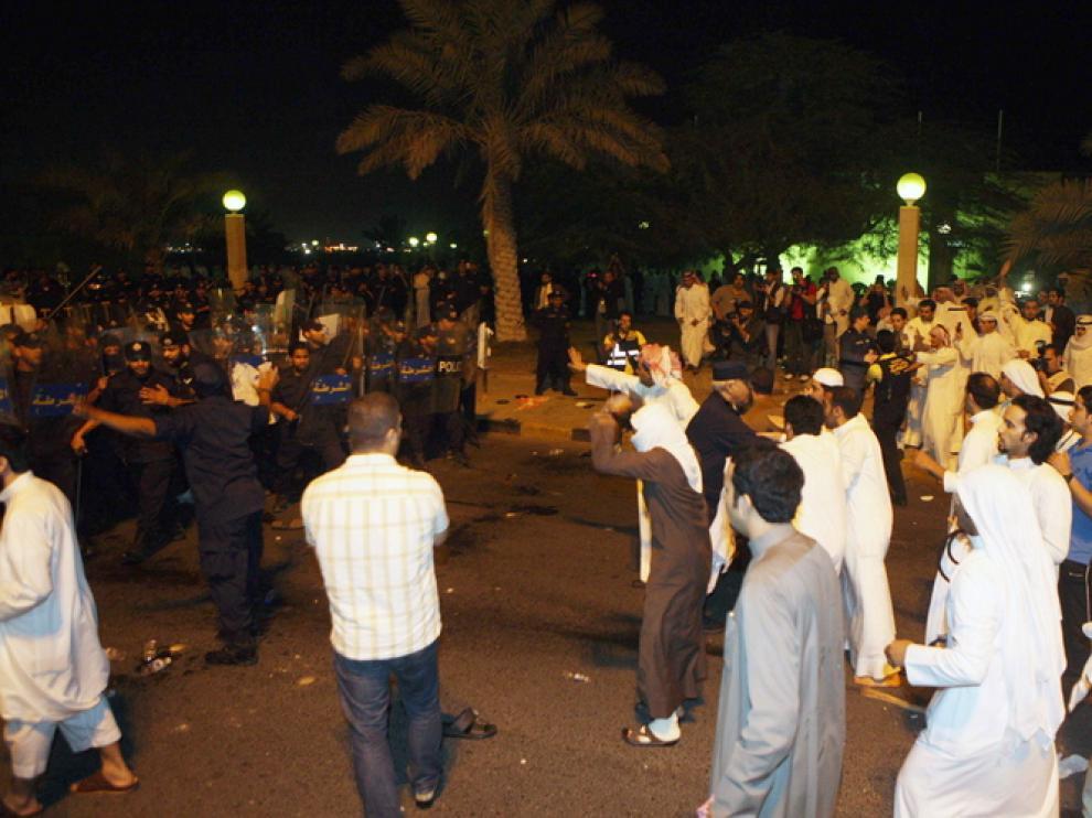 Protesta frente al Parmaneto kuwaití